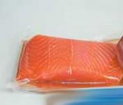 Упаковка рыбы в вакуумные прозрачные пакеты